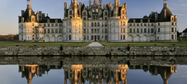 le-chateau-de-chambord-se-refletant-dans-l-eau.jpg